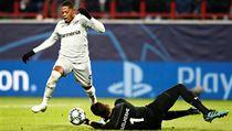 Leon Bailey se snaží obejít brankáře Lokomotivu Moskva Giulhermeho.