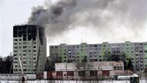 Hasiči v sobotu ráno zcela uhasili požár bytového domu v Prešově. Příčinou...