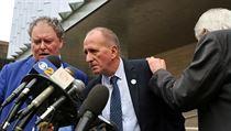 Britskı jeskynní potápěč Vernon Unsworth hovoří s reportéry a právníky poté, co...
