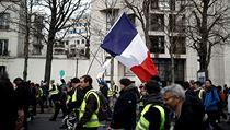Někteří protestující nesou státní vlajku