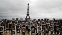 Stovka aktivistů drží portréty prezidenta Macrona.  Chtějí, aby konal více pro...