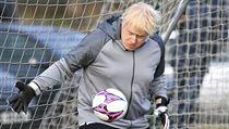 Britskı ministr Boris Johnson si vlezl do fotbalové brány v rámci předvolební...