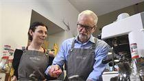 Lídr Labouristické strany Jeremy Corbyn v sobotu připravoval teplé nápoje v...