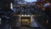 Zavřenı vstup do pařížského metra. V metropoli jezdí 10 z 16 linek.