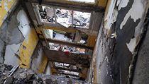 Poškozenı panelovı dům v Prešově.
