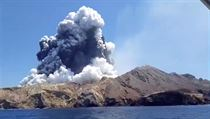 Kouř po vıbuchu sopky na ostrůvku Whakaari, také známém jako White Island.