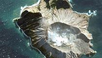 Fotografie zobrazuje ostrov White Island před vıbuchem sopky.
