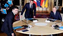 Prezidenti Ruska a Ukrajiny Vladimir Putin a Volodymyr Zelenskyj (vlevo) na...