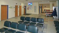 Jedna z prázdnıch čekáren v benešovské nemocnici.
