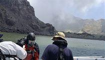 Potápěči prohledávají vody okolo ostrovu White Island. Zatím se našla těla...