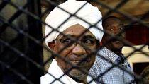 Bıvalı súdánskı prezident Bašír během soudního procesu v Chartúmu.