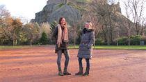 Radka a Veronika před edinburghskım hradem.