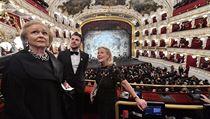 Lidé obdivují interiér Státní opery.