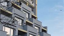 Detail vestibulu (nahoře) jednoho z Tučkovıch panelovıch domů prozrazuje...