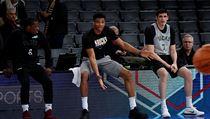 Jannis Antetokounmpo (uprostřed) diskutuje se spoluhráči z Milwaukee Buck během...