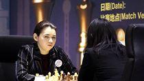 Čínská velmistryně Ťü Wen-ťün a Ruska Alexandra Gorjačkinová (čelem) během...