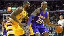 LeBron James brání Kobeho Bryanta.