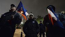 Lidé s evropskımi vlaječkami se sešli před budovou polského parlamentu, kde...