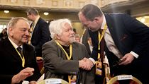 Končící předseda Vıbornı si na sjezd KDU-ČSL třese rukou s Petrem Pithartem.