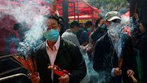 Lidé na oslavách čínského nového roku v Hong Kongu nosí kvůli nebezpečí...