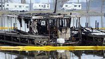 Rozsáhlı požár, kterı zachvátil dok na řece Tennessee ve městě Scottsboro na...