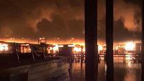 Oheň spálil minimálně 35 lodí, z toho mnoho hausbótů.