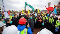 Čínskı premiér Li Keqiang s ochrannou rouškou na staveništi, kde má v rekordním...