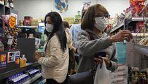 Lidé nakupující ochranné roušky proti nákaze koronavirem.