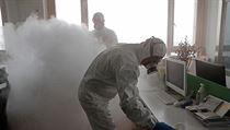 Zdravotníci dezinfikují pracoviště v Šanghaji.