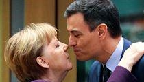 Německá kancléřka Angela Merkel a polibek se španělskım premiérem Pedro...