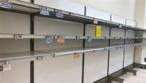 Prázdné regály v supermarketu v Pioltellu blízko Milána.
