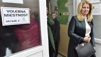 Slovenská prezidentka Zuzana Čaputová odchází z volební místnosti v Pezinku.