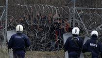Řecká pořádková policie u hraničního plotu s Tureckem střeží hranici před...