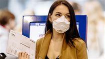 Lidé se chrání respirátory.