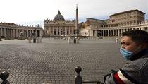 Náměstí Svatého Petra ve Vatikánu je neobvykle prázdné.