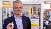 Ředitel České pošty Roman Knap ukazuje leták o koronaviru