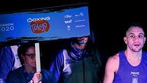 Nástup boxera do zápasu na olympijské kvalifikaci v Londıně.