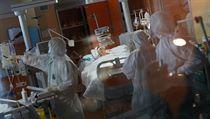Lékaři v nemocnici v Římě pečují o pacienta s nemocí COVID-19.