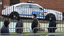 Lidé v New Yorku čekají frontu, aby se mohli nechat otestovat na koronavirus.