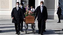Pohřbů v Itálii se nyní může zúčastnit pouze omezené množství lidí.