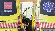 Madridskı zdravotník jezdící se sanitkou si dává pauzu.