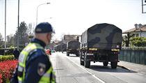 Armádní vozy odvážejí rakve s obětmi koronaviru ze severoitalského měst...