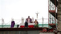 Improvizovaná bohoslužba na střeše v italské Neapoli.
