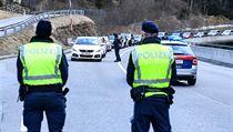 Rakouská policie blokuje cestu do údolí Paznaun poté, co zde byla vyhlášena nad...