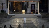 Papež František přichází učinit mimořádné požehnání Urbi et Orbi na prázdném...