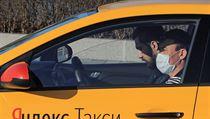 Někteří taxikáři v Moskvě se také z preventivních důvodů chrání před hrozbou...