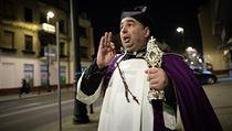 Polskı kněz v ulicích Lublinu modlí za ukončení nákazu koronaviru.