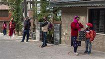 Lidé v Indii čekají v předkreslenıch kruzích, které tvoří frontu k nákupu...