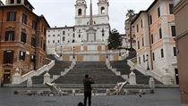 Muž v prázdné ulici v Římě.