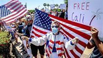 Demonstrace proti karanténním nařízením v Kalifornii 3. května.